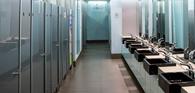 Empresa é responsável por câmera secreta instalada por empregado no banheiro feminino